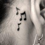 Tatuaj in spatele urechii