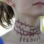 Tatuaj pe gat